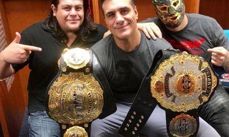 Al centro Alberto El Patron con el Campeonato Mundial de NGCW y el campeonato de Qatar a la izquierda su manejador Ricardo Rodríguez y su hermano, Hijo